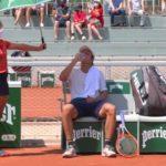 Bathilde protégeant un joueur de tennis du soleil